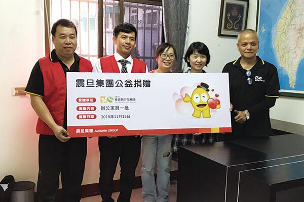 金儀南台中分公司曾建霖經理代表集團捐贈辦公家具