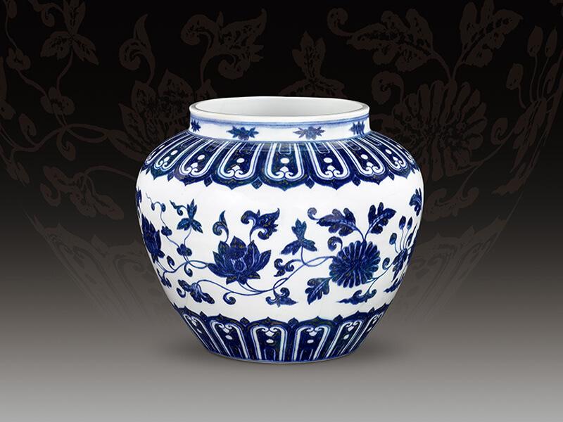 明宣德 青花纏枝花卉紋罐 高27公分/震旦博物館提供