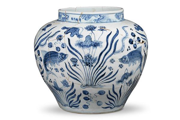 明宣德.青花罐 青花罐的體型龐大,魚藻紋樣稿安排在腹身寬闊處,方便觀者欣賞。(圖四)
