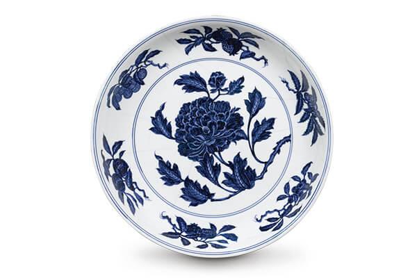 明宣德.青花折枝牡丹紋盤 折枝牡丹位於中央,以碩大的花朵和盛開的花容,呈現雍容華貴的氣勢。(圖二)