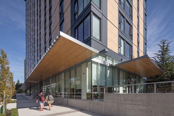 英屬哥倫比亞大學的木構宿舍大樓,以53公尺、18樓的規模成為當今最高木構建築,體現了木建築的技術創新,也展現加拿大結合永續林業與環境保護的決心。