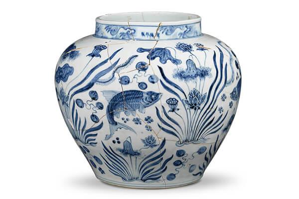 明宣德 .魚藻紋罐 魚藻紋採四分法穿插排列,在圓闊的罐體上營造豐富的蓮塘景觀。(圖五)