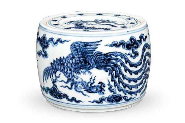 明宣德.鳳紋蟋蟀罐 蓋面與罐身皆以鳳鳥為紋飾,配合器面形狀做不同的布局,產生相異的裝飾效果。(圖四)