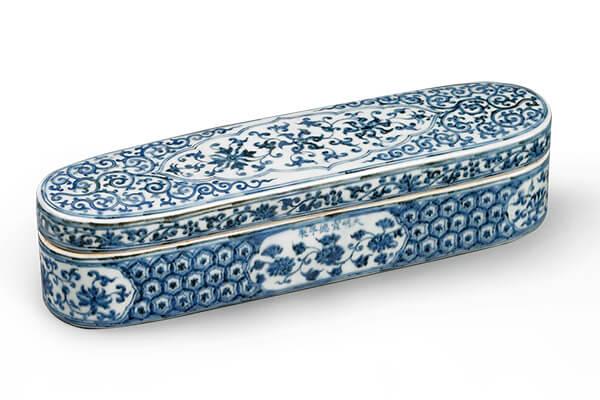 明宣德.青花筆盒 此器源自於伊斯蘭金屬器,盒內配合伊斯蘭地區的繪畫習慣,製成多格式的設計。(圖三)