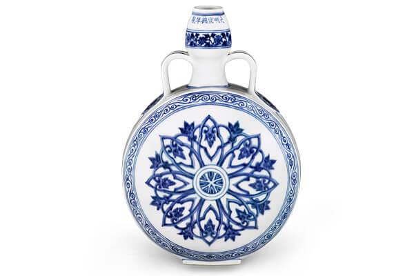 明宣德.青花雙耳葫蘆扁壺 此器模仿伊斯蘭金屬器或陶器,表面以帶狀花卉、卷草紋及寶相花紋為飾。(圖四)