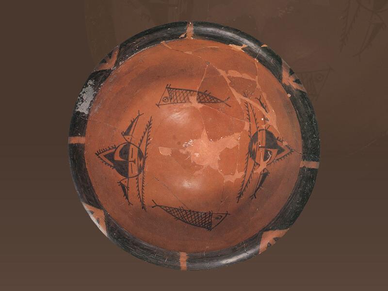 仰韶文化半坡類型.彩陶缽 缽內用黑色顏料繪畫人面紋與魚紋,是仰韶文化半坡類型彩陶的特有紋飾。(圖一)圖片來源:《世界陶瓷全集10中國古代》,頁1,圖9。
