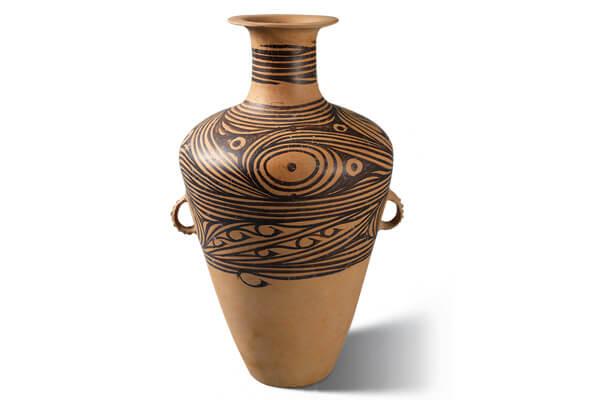 馬家窯類型.彩陶壺 馬家窯類型的彩陶器,質地細膩,打磨光滑,表面繪畫流轉生動的弦紋與渦紋。(圖二)