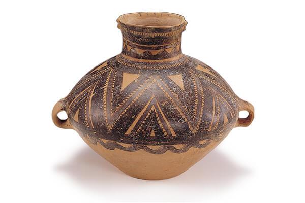 半山類型.彩陶壺 半山類型的彩陶器,以紅黑二色顏料繪畫弦紋、折線三角紋、鋸齒紋及波浪紋等紋樣。(圖三)