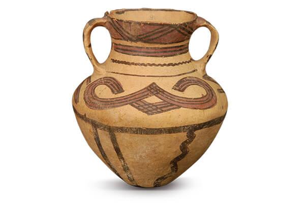 辛店文化.彩陶壺 夾砂紅陶,腹壁呈「< >」形腰身,表面繪畫「兀」字形紋樣,是辛店類型的特色。(圖五)