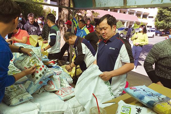 震旦志工協助發放物資給弱勢民眾