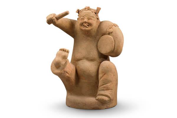 東漢.擊鼓說唱俑 東漢時期的擊鼓說唱俑,神情詼諧滑稽,動作誇張有趣,富有民間生活氣息。(圖四)