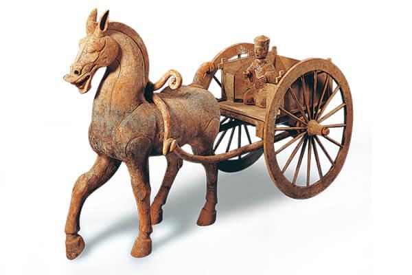 東漢.坐騎車馬俑 東漢坐騎車馬俑採分段法製作而成,車體結構清晰,如實呈現當時的馬車形態。(圖五)