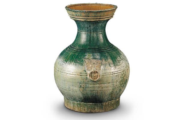 漢代.綠釉陶壺 此器呈盤形口、束頸、鼓腹之狀,器表綠釉受到入埋環境影響,析出大面積的銀斑。(圖二)