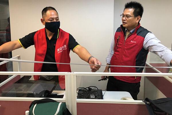 聽聞音樂中心辦公座位有配置上問題,震旦志工發揮專業現場協助解決。