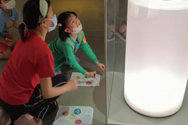圖三_孩子們在四樓青花展廳完成探索手冊