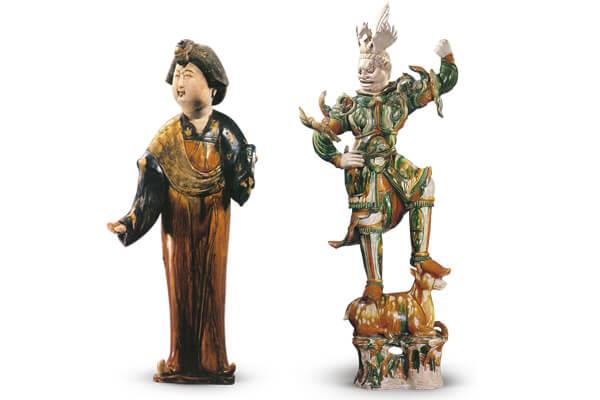 唐代.三彩女立俑 仕女的臉龐圓潤,體態豐腴,身上施以綠、褐、黃、藍等低溫釉彩,突顯雍容華貴的形象。(圖二) 圖片來源:《中國文物精華大辭典 陶瓷卷》,頁135,圖469。唐代.三彩天王俑 天王俑為胡人面貌和武士造型的結合,表面施以褐、綠、白等多色釉彩,形象威猛剛健。(圖三) 圖片來源:《故宮陶瓷館 上編》,頁148,圖87。