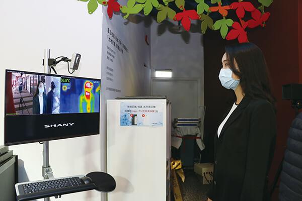 震旦雲的「測溫人臉辨識系統」可結合門禁管理系統,有效協助管理員工健康,出入安心又便利。