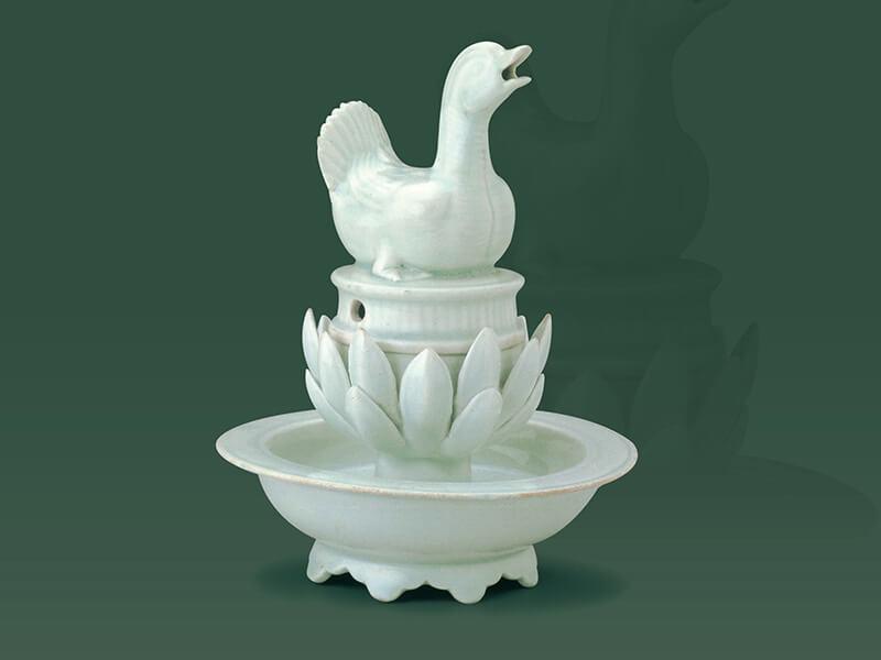 宋代.青白瓷水禽形香爐 此器的胎體潔白細膩,質感如冰似玉,是用景德鎮的高嶺土所燒製的白胎瓷器。(圖一) 圖片來源:《平凡社版中國的陶瓷5白磁》,頁64。