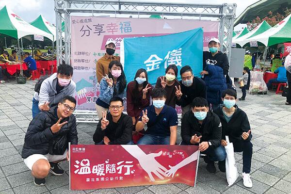 金儀志工協助園遊會義賣,同時呼籲民眾一起關懷植物人家庭