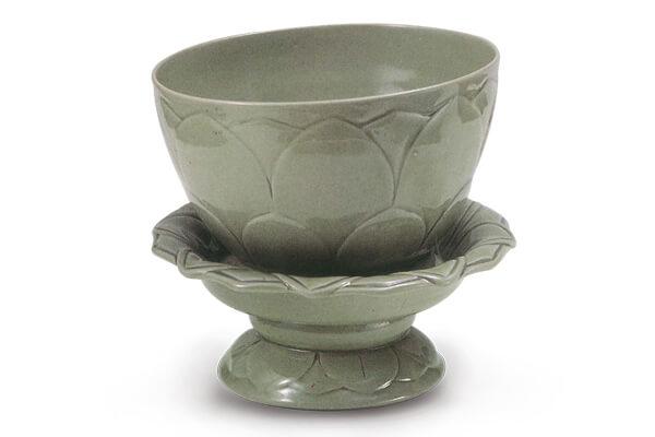 五代.秘色瓷蓮花式碗托 瓷碗和盞托皆施滿釉,釉色青翠碧綠,與蓮瓣紋飾相得益彰,呈現優雅靜謐的氣質。(圖三) 圖片來源:《越窯、秘色瓷》,圖31。