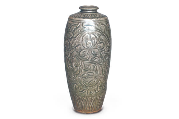 北宋.耀州窯刻花瓶 此器表面以斜刀雕刻紋飾輪廓,利用積釉多寡的對比,產生淺浮雕般的效果。(圖二) 圖片來源:《中國出土瓷器全集15陜西》,頁167。