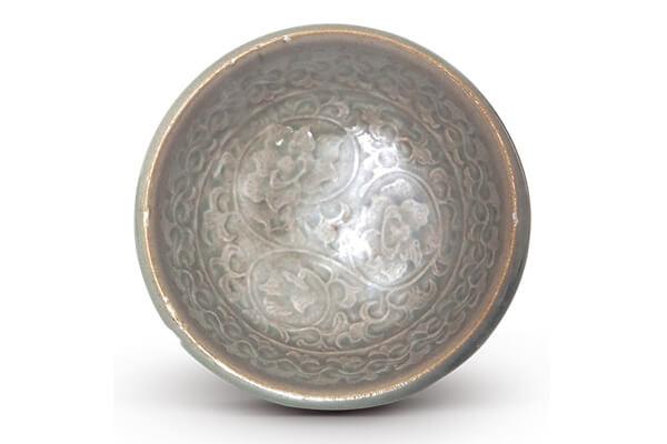 北宋—金代.耀州窯印花碗 採模印法製作的印花紋飾沒有刀具雕刻的銳利痕跡,卻有泥土受到擠壓時的鼓凸現象。(圖三) 圖片來源:《中國出土瓷器全集15陜西》,頁158。