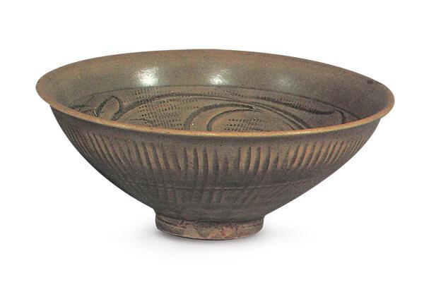 (圖五) 宋代.同安窯青瓷碗 此器以大斜刀和篦紋作裝飾,因積釉多寡而有深淺之分,紋飾風格流暢。圖片來源:《金明集瓷選錄》,頁91。