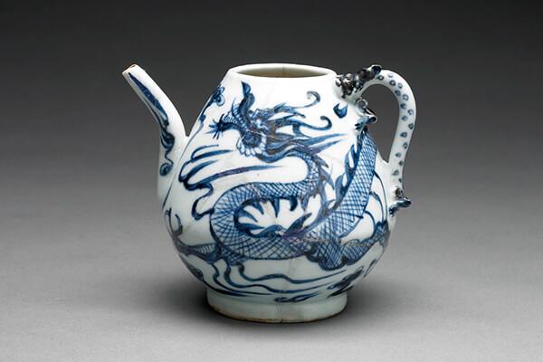 捐贈至北大的元代青花龍紋執壺。