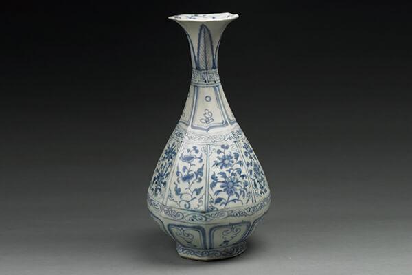 捐贈至北大的元代青花花卉紋八角玉壺春瓶。