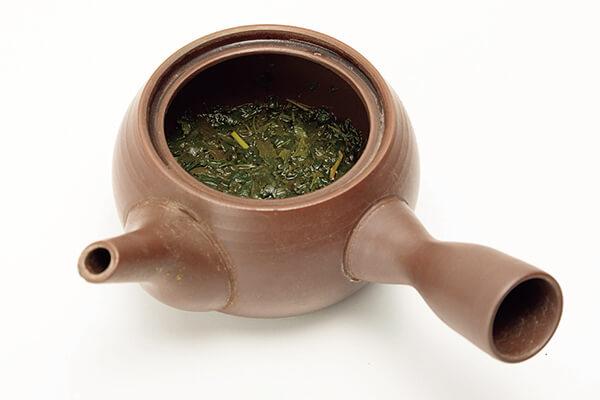 茶壺裡殘留茶湯的狀態。(為了讓第一泡與第二泡都好喝,最好每次都將茶湯倒完。)